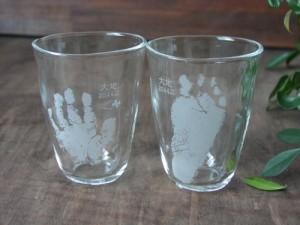 出産内祝いとして赤ちゃんの手足型入りグラス