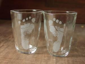 赤ちゃんの足型入りグラス