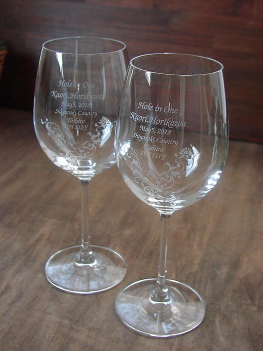ホールインワンのお祝いにボルドーワイングラス