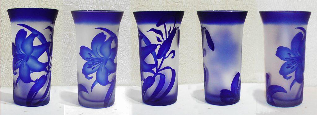 瑠璃色の百合のグラス
